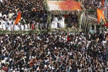 Bal Thackeray's funeral in Mumbai on 18 November brought together several thousand people from across the state. Photo: Vijayanand Gupta/Hindustan Times